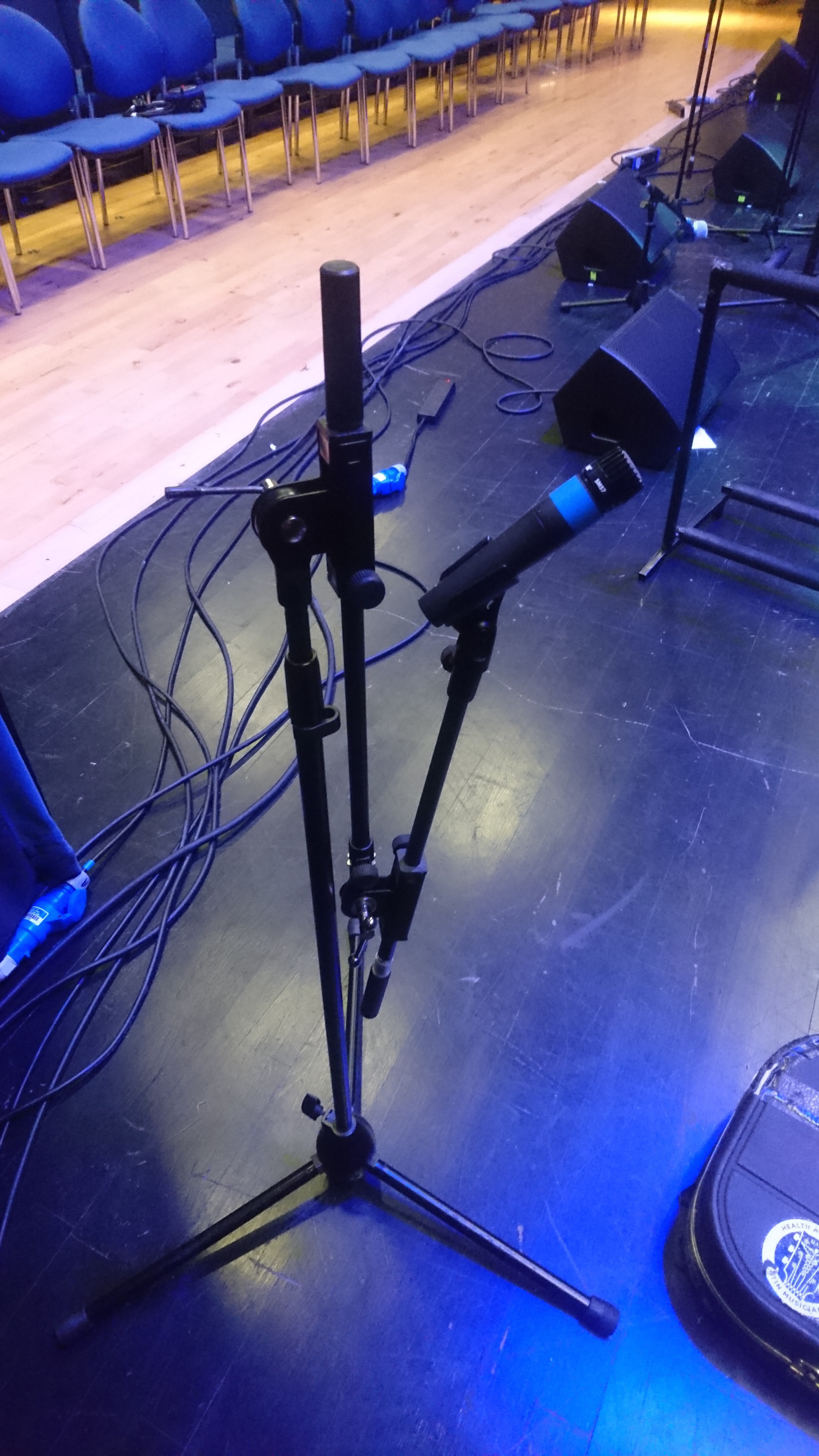 a microphone stand with 2 short boom arms